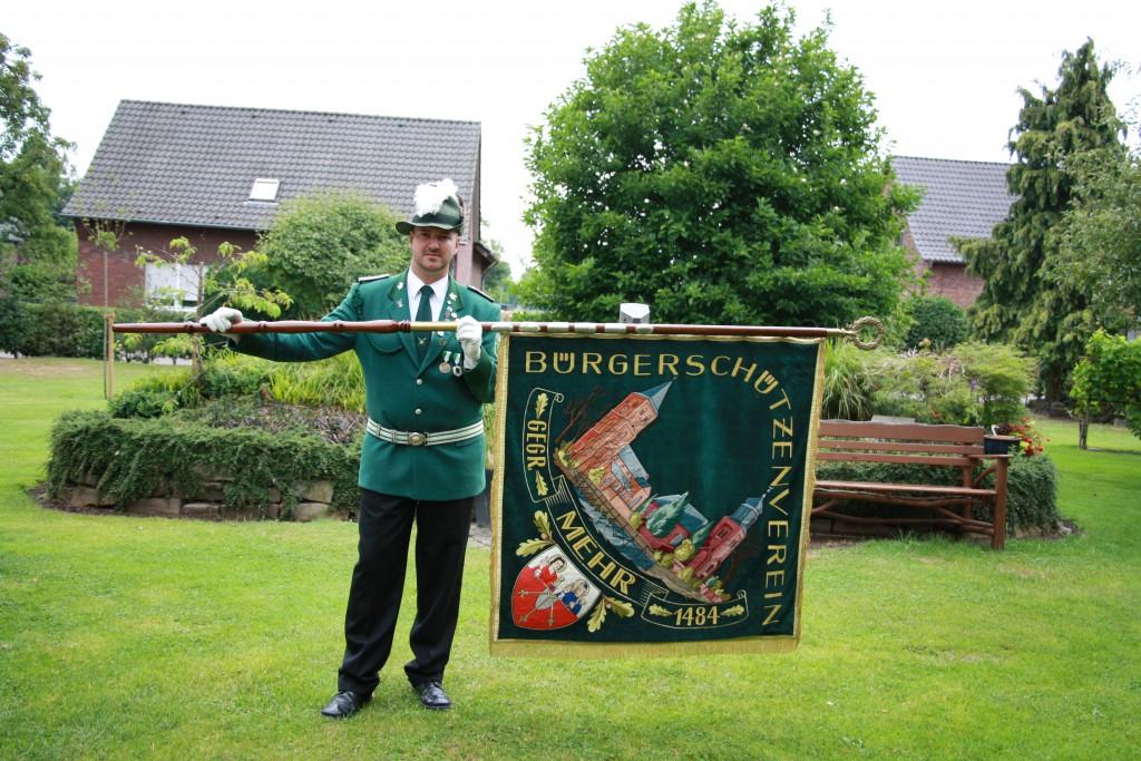 Zugführer Erwin Böttcher mit Zugfahne